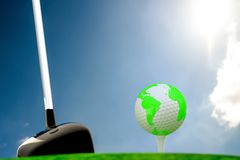 Σφαίρα στη σφαίρα γκολφ στην πράσινη χλόη ελεύθερη απεικόνιση δικαιώματος