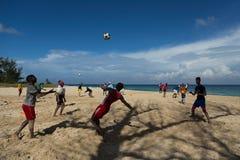 Σφαίρα στον αέρα πέρα από τα άτομα από μια ομάδα ποδοσφαίρου της Αβάνας που ασκεί σε μια παραλία Στοκ εικόνα με δικαίωμα ελεύθερης χρήσης
