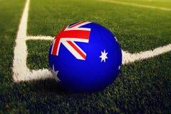 Σφαίρα της Αυστραλίας στη θέση λακτίσματος γωνιών, υπόβαθρο γηπέδων ποδοσφαίρου Εθνικό θέμα ποδοσφαίρου στην πράσινη χλόη στοκ φωτογραφίες με δικαίωμα ελεύθερης χρήσης
