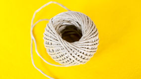 Σφαίρα του σχοινιού στον κίτρινο πίνακα Στοκ Εικόνες