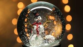 Σφαίρα χειμερινού χιονιού με το χιονάνθρωπο απόθεμα βίντεο