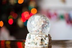 Σφαίρα χιονιού γυαλιού Χριστουγέννων με έναν χιονάνθρωπο Στοκ φωτογραφία με δικαίωμα ελεύθερης χρήσης