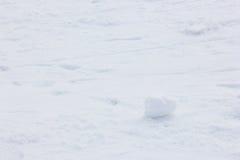 Σφαίρα χιονιού στο πάτωμα χιονιού Στοκ εικόνες με δικαίωμα ελεύθερης χρήσης