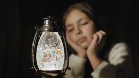 Σφαίρα χιονιού Χριστουγέννων και χαριτωμένα snowflakes και φω'τα προσοχής κοριτσιών φιλμ μικρού μήκους