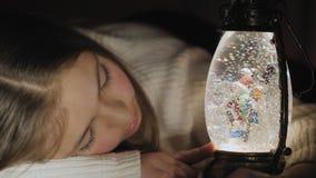 Σφαίρα χιονιού Χριστουγέννων και χαριτωμένα snowflakes και φω'τα προσοχής κοριτσιών απόθεμα βίντεο