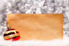 Σφαίρα Χριστουγέννων και εκλεκτής ποιότητας έγγραφο Στοκ Εικόνες