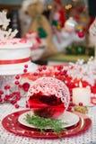 Σφαίρα Χριστουγέννων και επιτραπέζια ρύθμιση διακοπών Στοκ φωτογραφίες με δικαίωμα ελεύθερης χρήσης