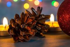Σφαίρα Χριστουγέννων και καίγοντας κεριά στοκ εικόνες με δικαίωμα ελεύθερης χρήσης