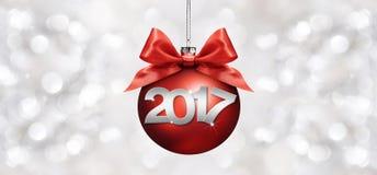 Σφαίρα Χριστουγέννων με το κόκκινο τόξο κορδελλών σατέν και κείμενο του 2017 στο ασήμι ελεύθερη απεικόνιση δικαιώματος