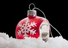 Σφαίρα Χριστουγέννων με το χιόνι στο Μαύρο Στοκ εικόνα με δικαίωμα ελεύθερης χρήσης