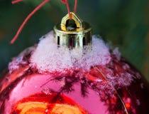 Σφαίρα Χριστουγέννων με το χιόνι στοκ φωτογραφίες με δικαίωμα ελεύθερης χρήσης