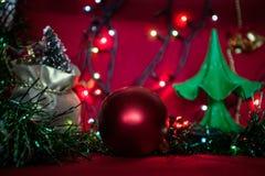 Σφαίρα Χριστουγέννων με το χριστουγεννιάτικο δέντρο στοκ φωτογραφία