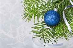 Σφαίρα Χριστουγέννων με fir-tree τους κλάδους στο αφηρημένο υπόβαθρο Στοκ φωτογραφία με δικαίωμα ελεύθερης χρήσης