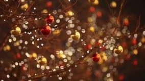 Σφαίρα Χριστουγέννων που ταλαντεύεται στον αέρα Θολωμένο bokeh υπόβαθρο διακοπών απόθεμα βίντεο