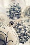 Σφαίρα Χριστουγέννων πολυτέλειας με τις διακοσμήσεις στο χιονώδες τοπίο Χριστουγέννων Στοκ φωτογραφίες με δικαίωμα ελεύθερης χρήσης