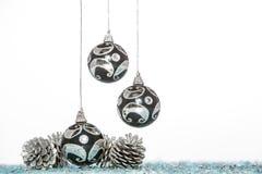 Σφαίρα Χριστουγέννων πολυτέλειας με τον κώνο πεύκων, κρεμώντας διακόσμηση Στοκ εικόνα με δικαίωμα ελεύθερης χρήσης