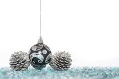 Σφαίρα Χριστουγέννων πολυτέλειας με τον κώνο πεύκων, κρεμώντας διακόσμηση Στοκ Εικόνα