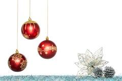 Σφαίρα Χριστουγέννων πολυτέλειας, λουλούδι και κώνος πεύκων, κρεμώντας διακόσμηση Στοκ Φωτογραφία