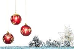 Σφαίρα Χριστουγέννων πολυτέλειας, λουλούδι και κώνος πεύκων, κρεμώντας διακόσμηση Στοκ εικόνες με δικαίωμα ελεύθερης χρήσης