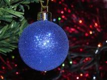 Σφαίρα Χριστουγέννων στον κλάδο χριστουγεννιάτικων δέντρων στοκ φωτογραφία