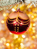 Σφαίρα Χριστουγέννων στον κλάδο δέντρων έλατου Στοκ Εικόνες