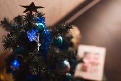 Σφαίρα Χριστουγέννων στους κλάδους δέντρων έλατου, Στοκ Εικόνες