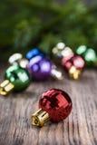 Σφαίρα Χριστουγέννων στο ξύλινο υπόβαθρο Στοκ Εικόνες