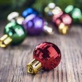 Σφαίρα Χριστουγέννων στο ξύλινο υπόβαθρο Στοκ Φωτογραφίες