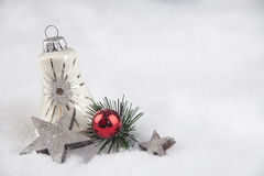 Σφαίρα Χριστουγέννων στο χιόνι Στοκ Φωτογραφία