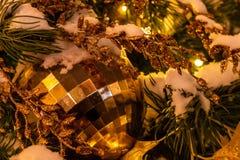 Σφαίρα Χριστουγέννων στο χριστουγεννιάτικο δέντρο στο κόκκινο τετράγωνο στοκ εικόνες
