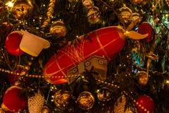 Σφαίρα Χριστουγέννων στο χριστουγεννιάτικο δέντρο στο κόκκινο τετράγωνο στοκ εικόνες με δικαίωμα ελεύθερης χρήσης