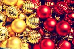 Σφαίρα χρώματος Χριστουγέννων σε ένα κιβώτιο Στοκ Εικόνες