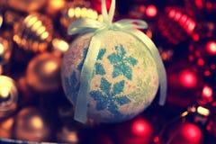 Σφαίρα χρώματος Χριστουγέννων σε ένα κιβώτιο Στοκ Εικόνα