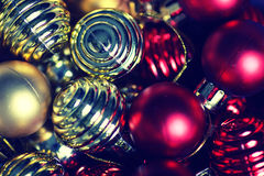 Σφαίρα χρώματος Χριστουγέννων σε ένα κιβώτιο Στοκ φωτογραφία με δικαίωμα ελεύθερης χρήσης