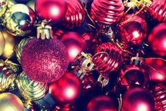 Σφαίρα χρώματος Χριστουγέννων σε ένα κιβώτιο Στοκ Φωτογραφίες