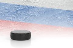 Σφαίρα χόκεϋ και μια ρωσική σημαία Στοκ Φωτογραφία