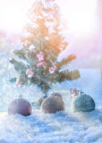 σφαίρα chrismas φαντασίας στο χιόνι με την περίληψη δέντρων chrismas backgr Στοκ φωτογραφία με δικαίωμα ελεύθερης χρήσης