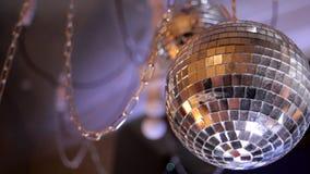 Σφαίρα disco καθρεφτών με την ελαφριά αντανάκλαση στο ανώτατο όριο φιλμ μικρού μήκους