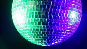Σφαίρα disco καθρεφτών σε ένα μαύρο υπόβαθρο λαμβάνοντας υπόψη τα μπλε και πράσινα επίκεντρα Κινηματογράφηση σε πρώτο πλάνο απόθεμα βίντεο
