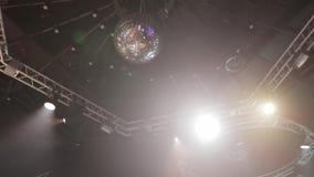 Σφαίρα disco καθρεφτών στο κόμμα απόθεμα βίντεο