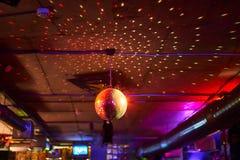Σφαίρα Disco, πολύχρωμο υπόβαθρο στο φραγμό στοκ φωτογραφίες