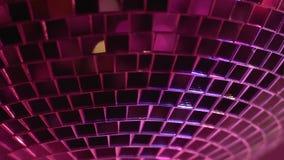 Σφαίρα Disco που περιστρέφεται και που απεικονίζει τα φω'τα στη λέσχη νύχτας, κόμμα μέχρι το πρωί απόθεμα βίντεο