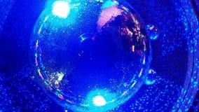 Σφαίρα Disco σε ένα νυχτερινό κέντρο διασκέδασης απόθεμα βίντεο