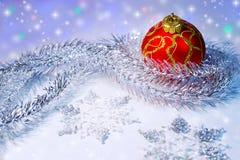Σφαίρα, tinsel και snowflakes Χριστουγέννων οικολογικός ξύλινος διακοσμήσεων Χριστουγέννων Στοκ Εικόνες