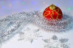 Σφαίρα, tinsel και snowflakes Χριστουγέννων Στοκ φωτογραφία με δικαίωμα ελεύθερης χρήσης