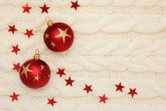 Σφαίρες, αστέρια και χάντρες Χριστουγέννων στο πλέξιμο Στοκ εικόνα με δικαίωμα ελεύθερης χρήσης