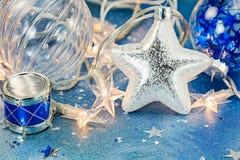 Σφαίρες γυαλιού, παιχνίδι τυμπάνων και ασημένιο αστέρι στο μπλε backgrou σπινθηρίσματος Στοκ φωτογραφία με δικαίωμα ελεύθερης χρήσης