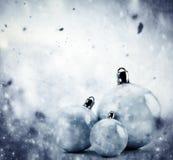 Σφαίρες γυαλιού Χριστουγέννων στο χειμερινό εκλεκτής ποιότητας υπόβαθρο απεικόνιση αποθεμάτων