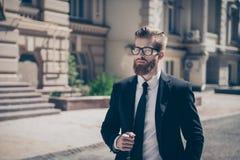 σφαίρες διαστατικά τρία Μοντέρνος σκληρός γενειοφόρος τύπος σε ένα κοστούμι και τα γυαλιά στοκ εικόνες