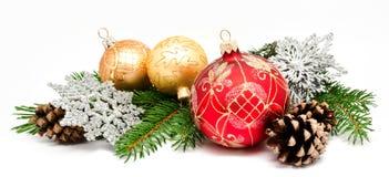 Σφαίρες διακοσμήσεων Χριστουγέννων με τους κώνους έλατου Στοκ Εικόνες